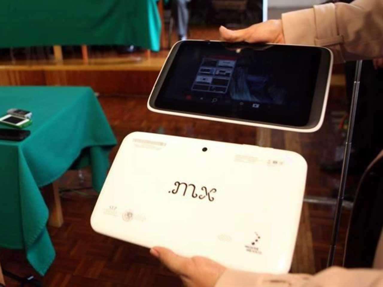 La entrega de tabletas forma parte del programa de Inclusión y Alfabetización Digital. Foto: Reforma/Julio Candelaria