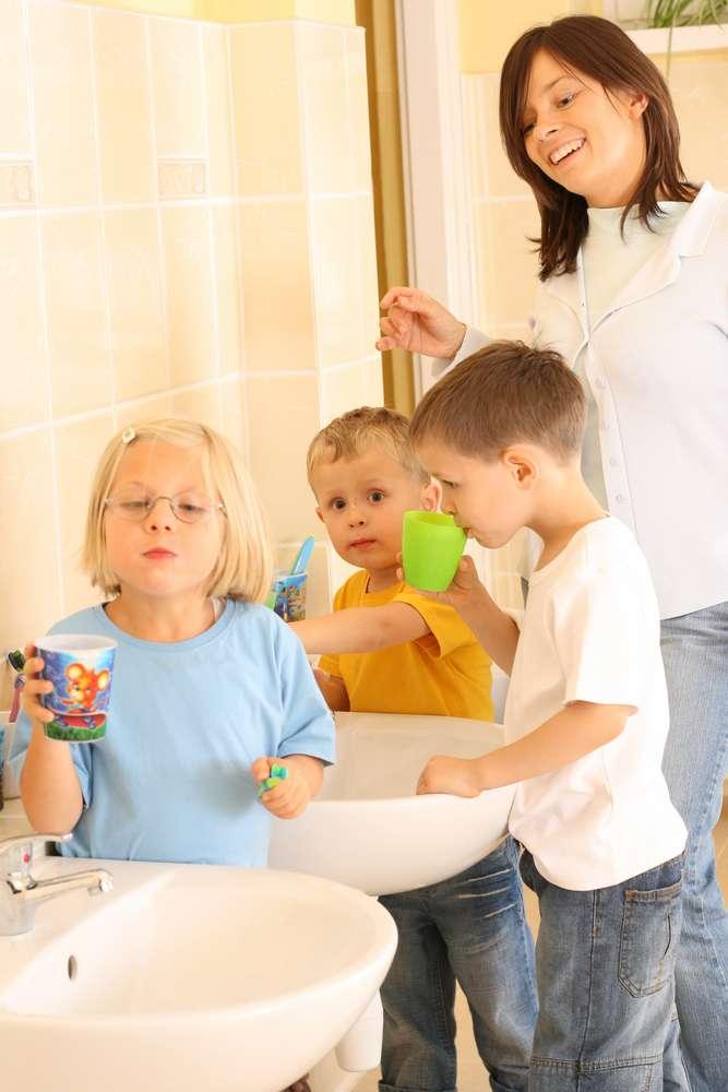 Ao longo do ano, Renata oferece aulas de escovação para as crianças e auxilia as professoras Foto: matka_Wariatka/Shutterstock