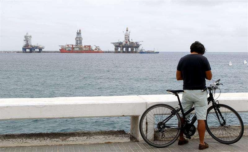 Dos plataformas y un barco plataforma atracados en el muelle Reina Sofía de Las Palmas de Gran Canaria. Foto: EFE en español
