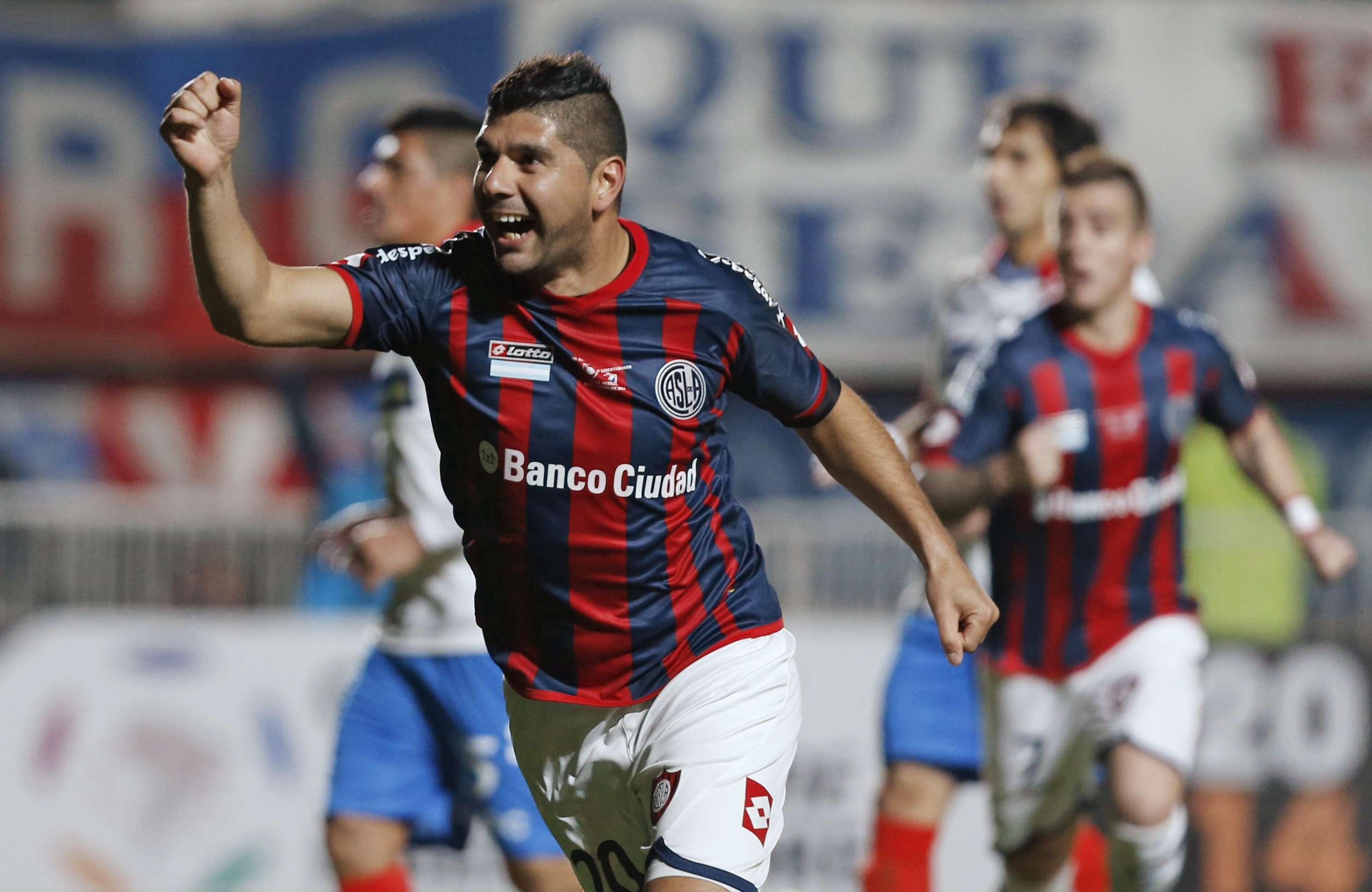 Ortigoza cobrou bem pênalti e deixou San Lorenzo na frente Foto: Enrique Marcarian/Reuters