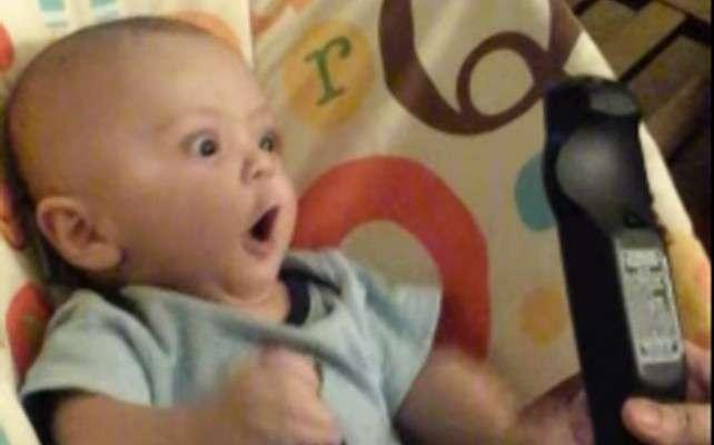 El bebito junto al control remoto. Foto: Foto: YouTube/Evelyn Terastvatsatrian