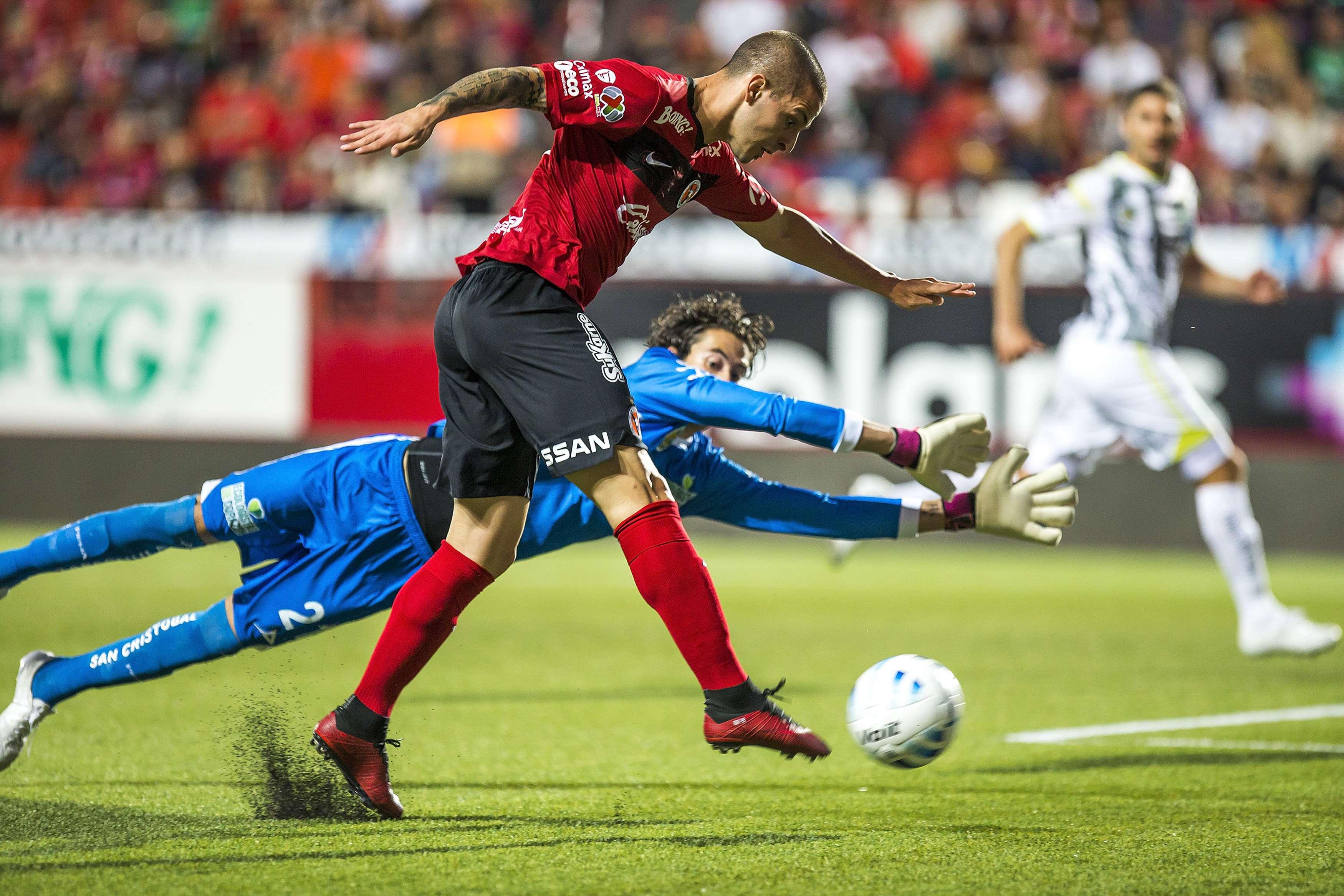 Luego de un mal arranque de torneo, Xolos de Tijuana venció 2-0 a Jaguares con par de goles de Darío Benedetto y por fin ganó en el Apertura 2014, en duelo celebrado en el estadio Caliente correspondiente a la jornada 5. Foto: Mexsport