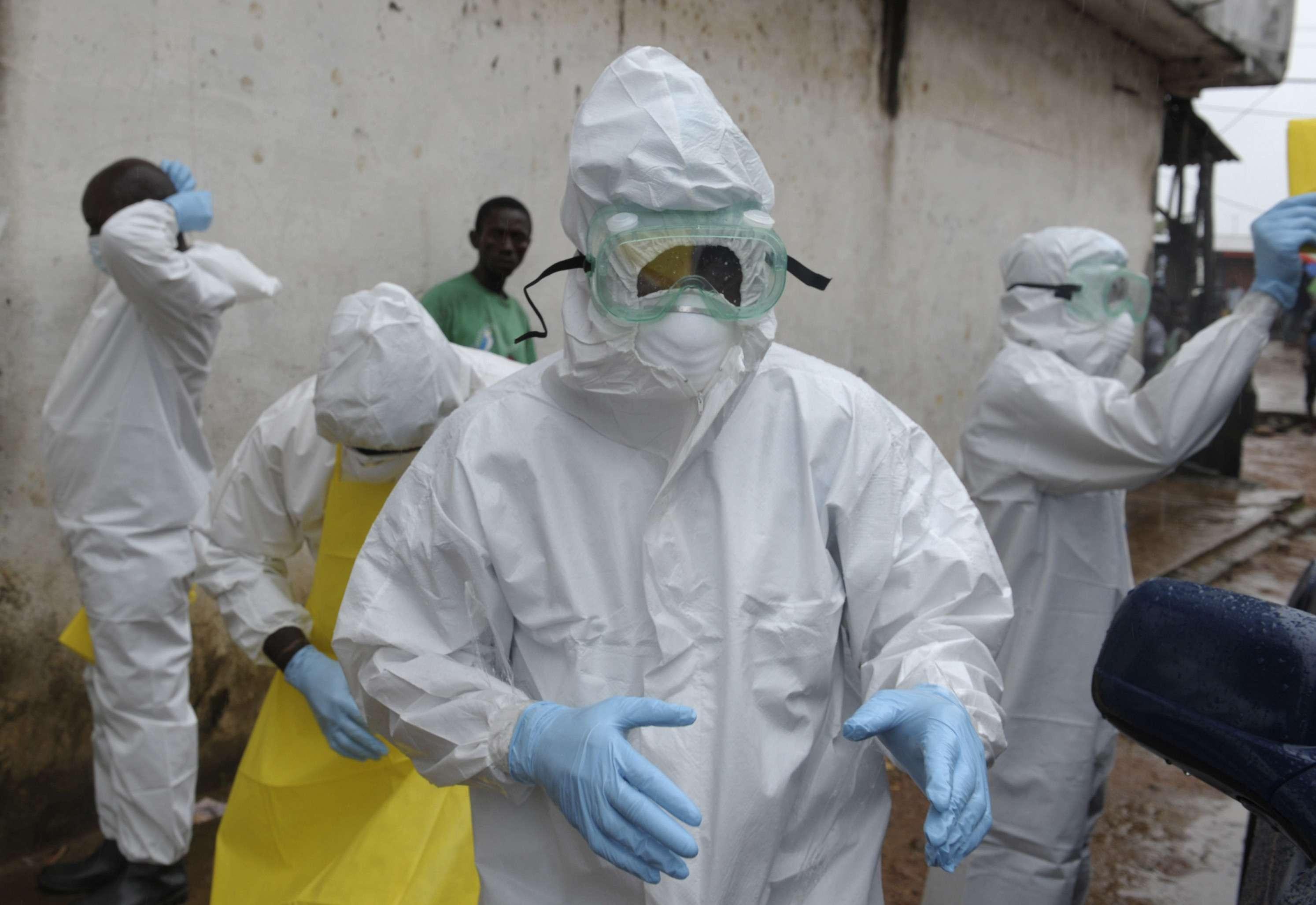 Los trabajadores sanitarios son uno de los grupos de mayor riesgo. en la foto, trabajadores en Monrobia, Liberia, el 17 de agosto de 2014. Foto: Reuters en español