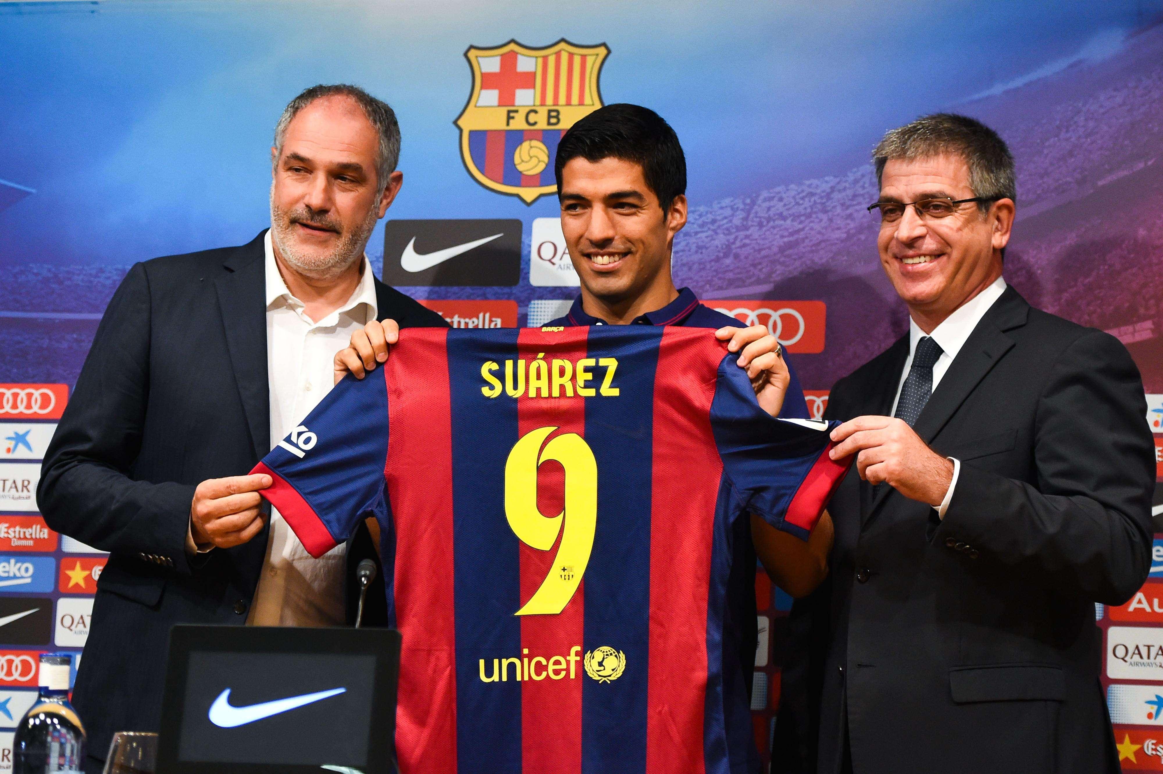 Luis Suárez posa con su nueva camiseta. Foto: Getty Images