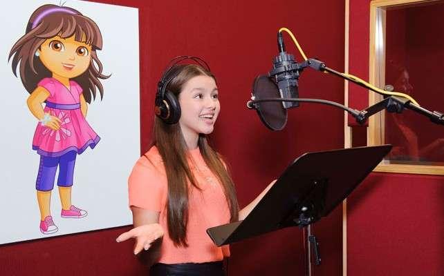 La voz de Dora, Fátima Ptacek, en el estudio de grabación. Foto: Foto: Nickelodeon