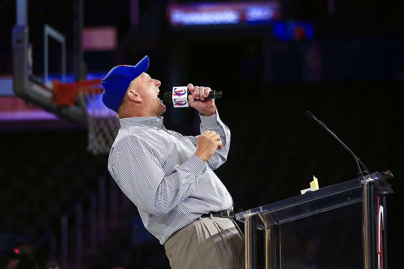 Steve Ballmer, nuevo dueño de los Clippers de Los Angeles, grita durante un discurso el lunes 18 de agosto de 2014 Foto: Jae C. Hong/AP