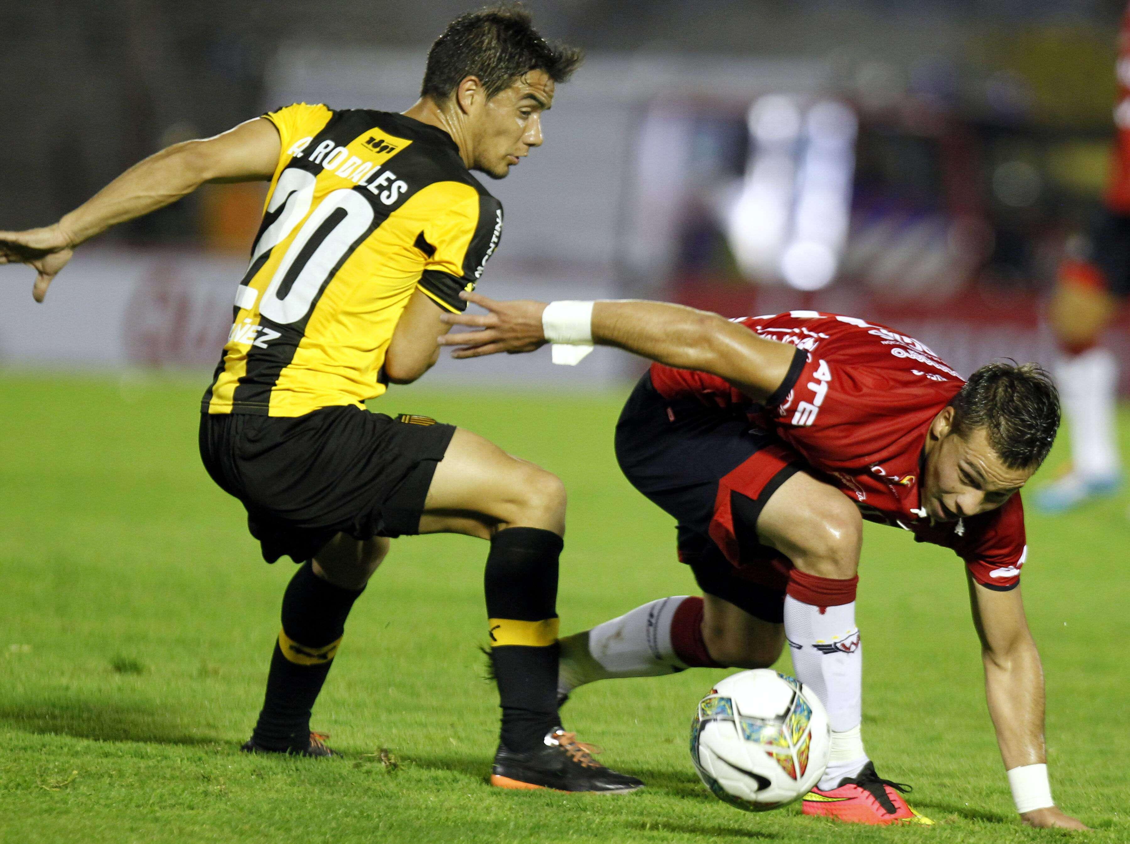 Libertad-PAR perde com gol de brasileiro; Peñarol vence