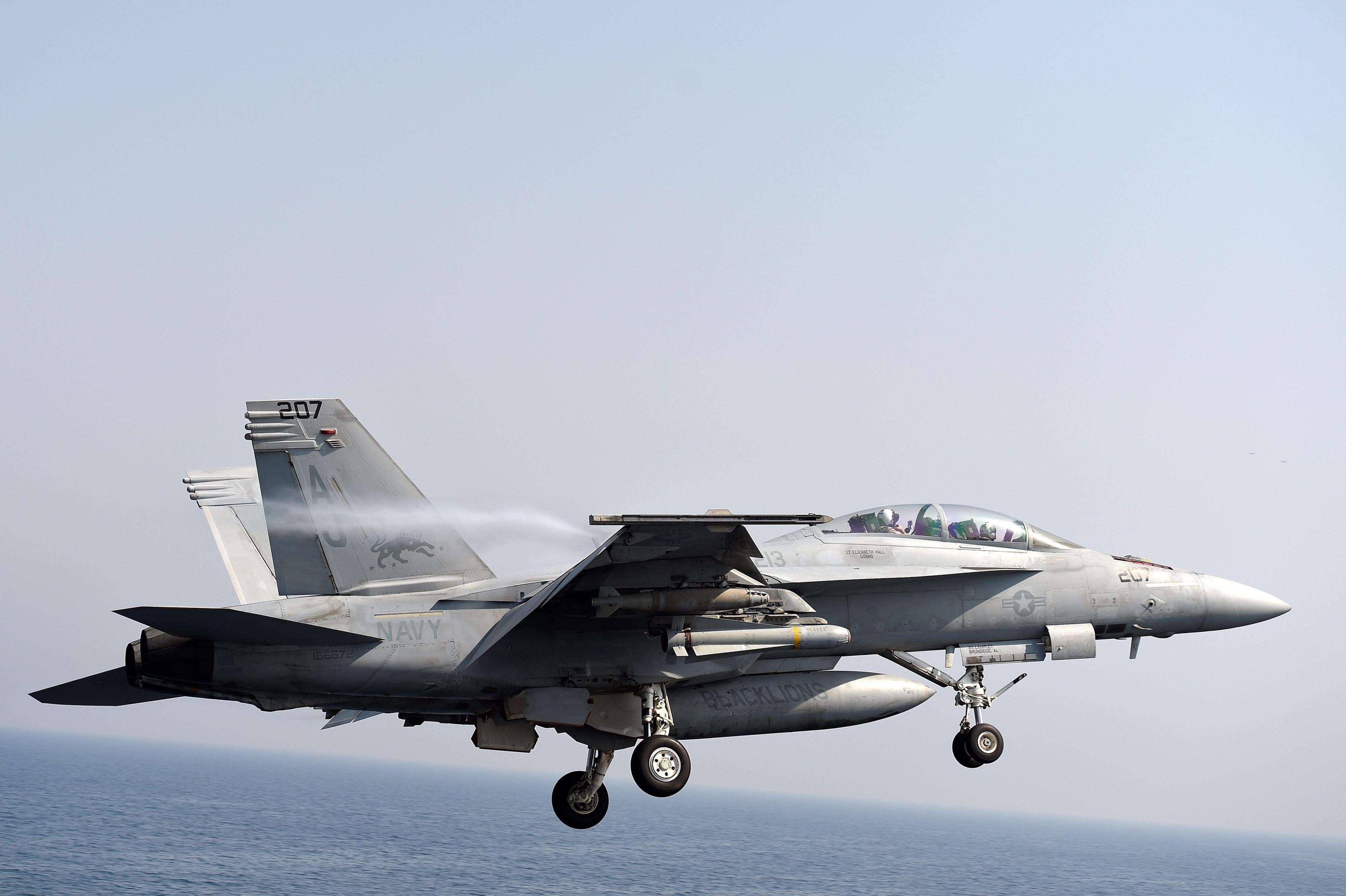 Un avión F/A-18 de la Marina estadounidense despega este jueves 14 de agosto de 2014, del portaaviones USS George H.W. Bush en el Golfo Pérsico.