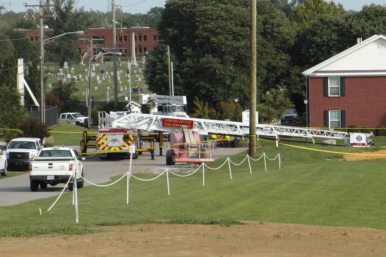 Un camión de bomberos de Campbellsville, Kentucky, permanece en el lugar donde dos bomberos resultaron heridos al hacer el reto del agua helada.
