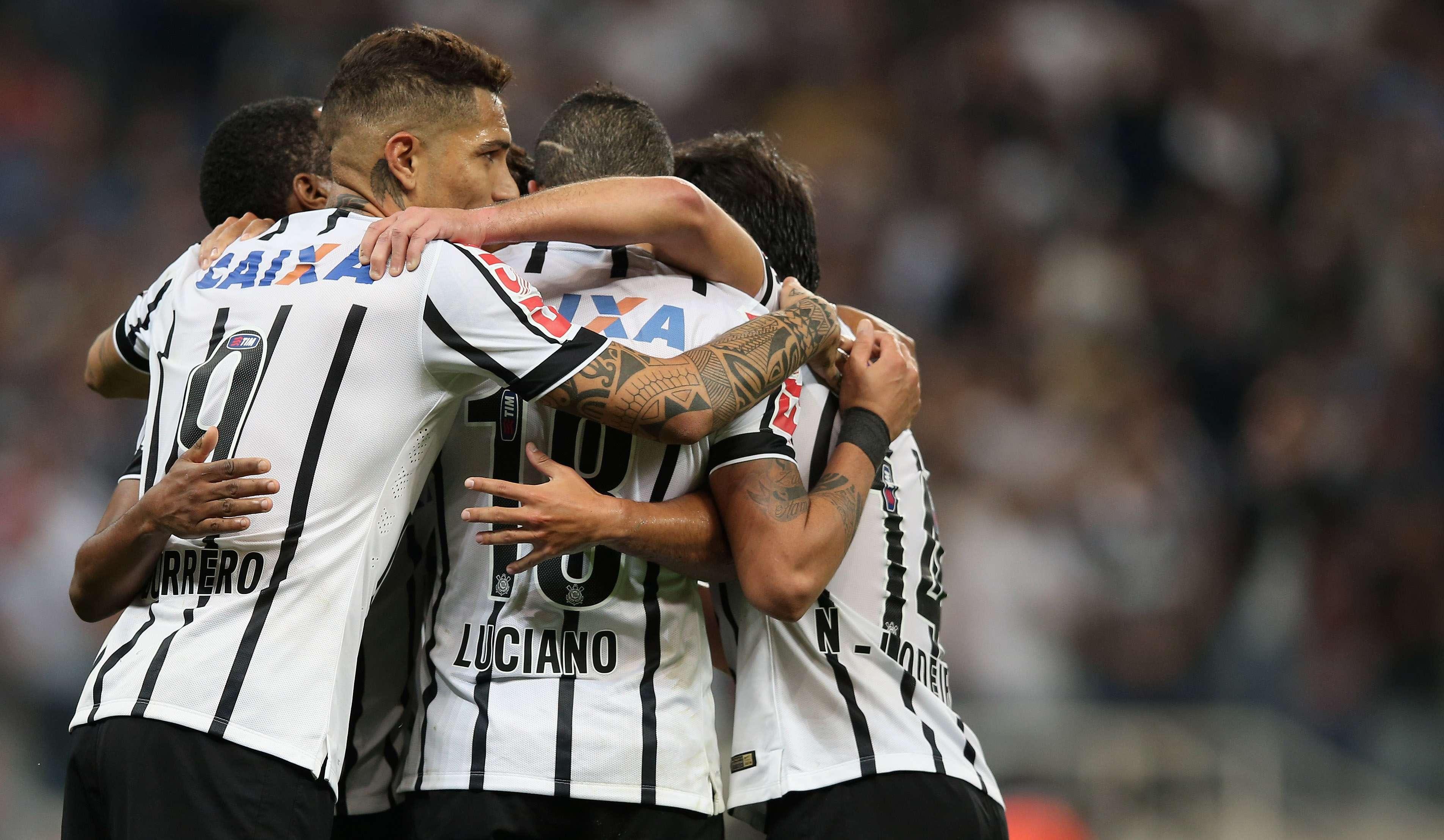 Jogadores do Corinthians fazem festa com vitória em Itaquera sobre o Goiás