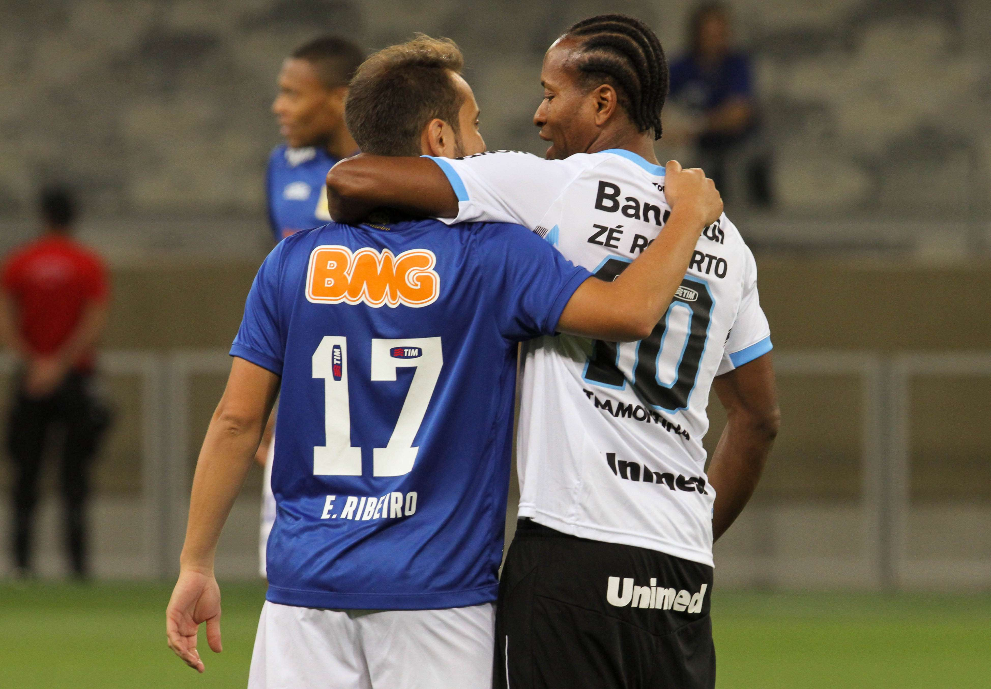 Everton Ribeiro e Zé Roberto se cumprimentam no Mineirão instantes antes do duelo entre Cruzeiro e Grêmio