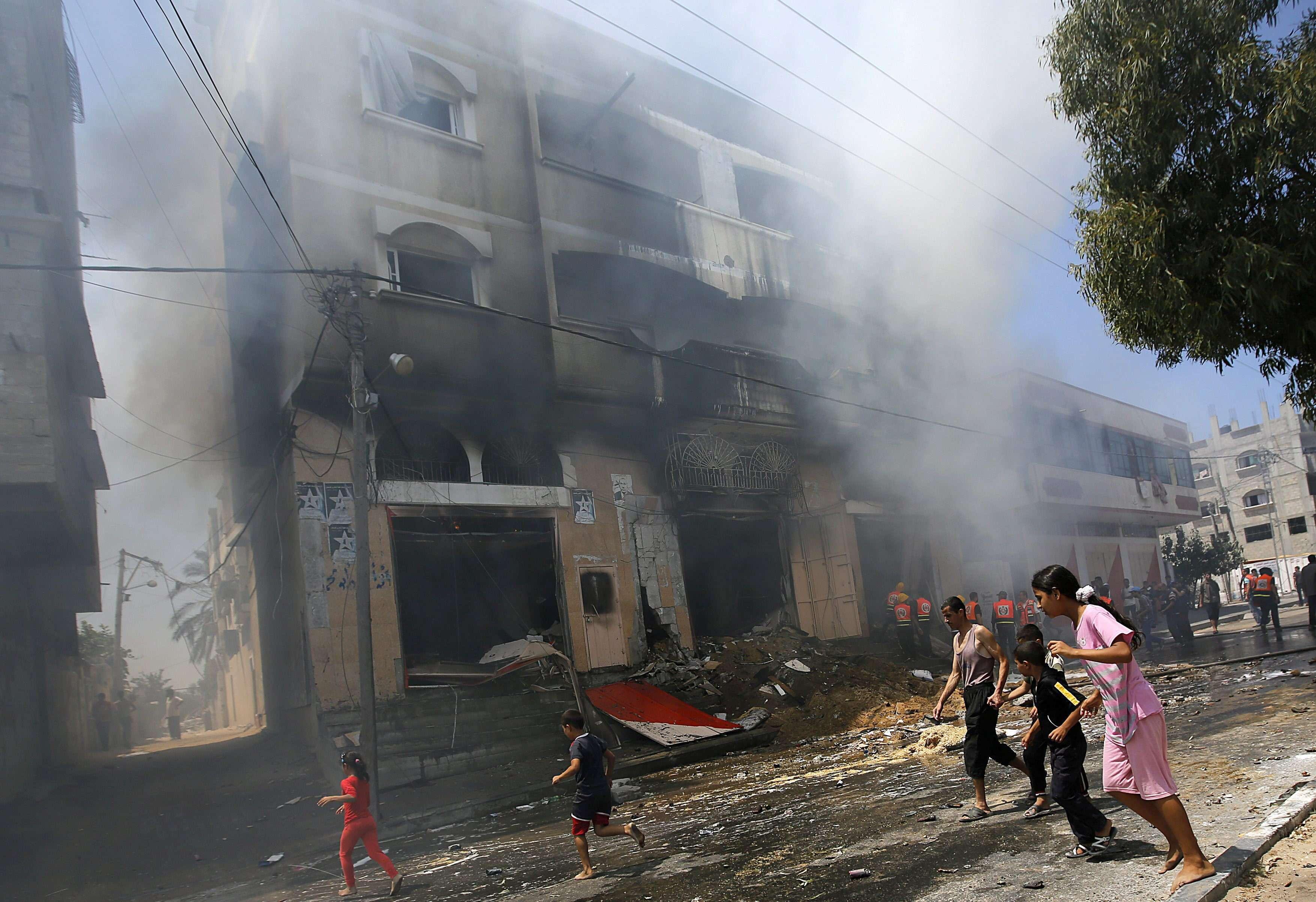 Niños palestinos huyen de sus casas tras un ataque de Israel, hoy en la localidad de Gaza. Foto: EFE