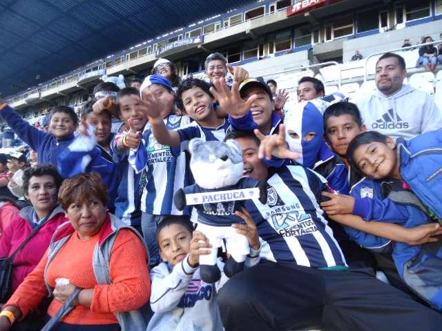 Seguidores de Pachuca y Atlas hicieron una gran entrada en el estadio Hidalgo, en la victoria de los Tuzos 3-1 sobre los Rojinegros. Foto: Terra