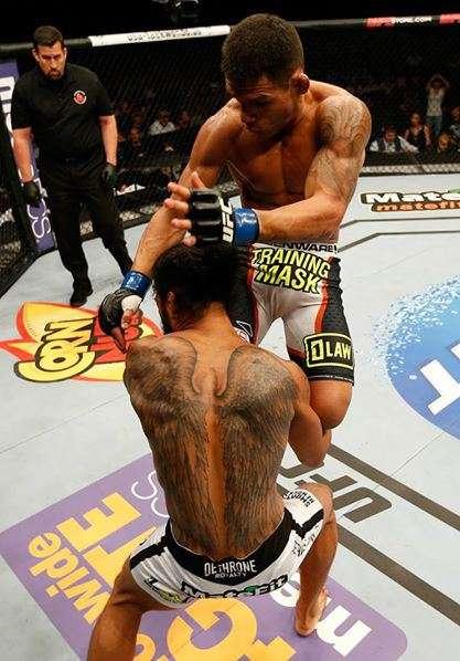 El brasileño entró con una doble rodilla voladora que entró a la quijada de Henderson Foto: MMA Nation