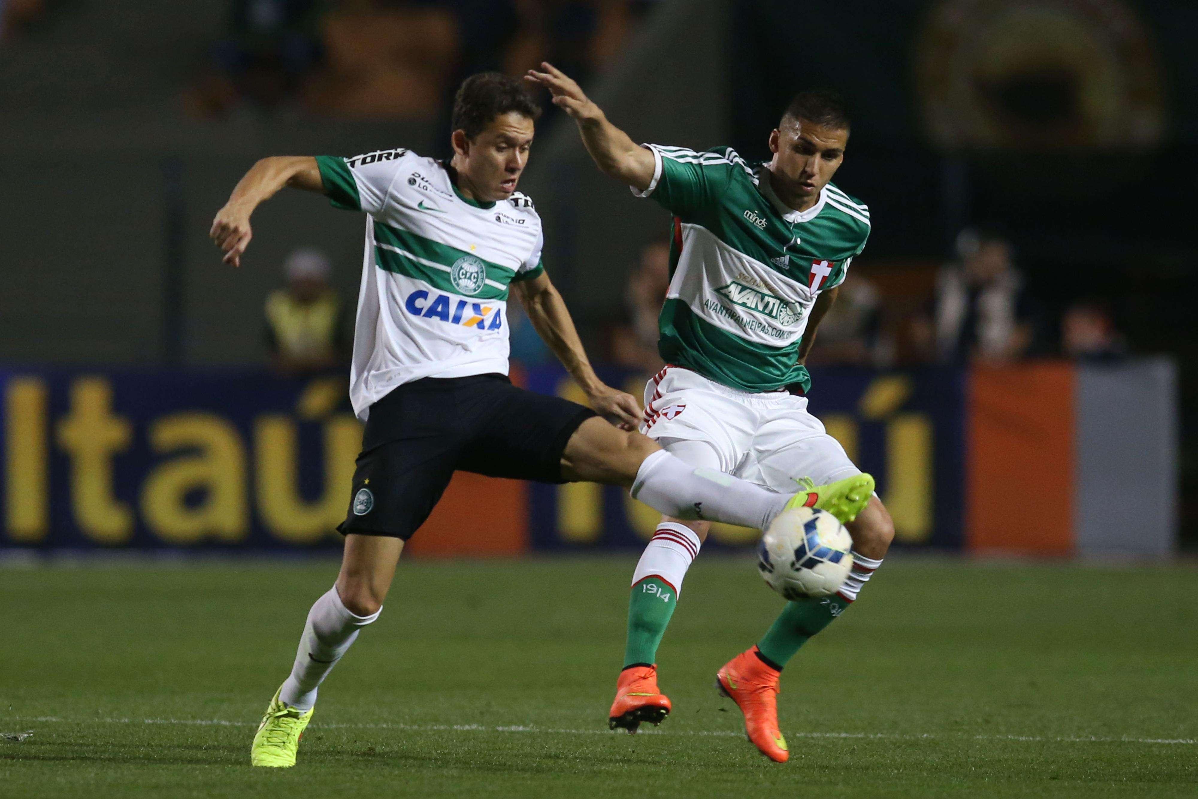 Keirrison e Tobio disputam bola no Pacaembu Foto: Eduardo Viana/Agência Lance