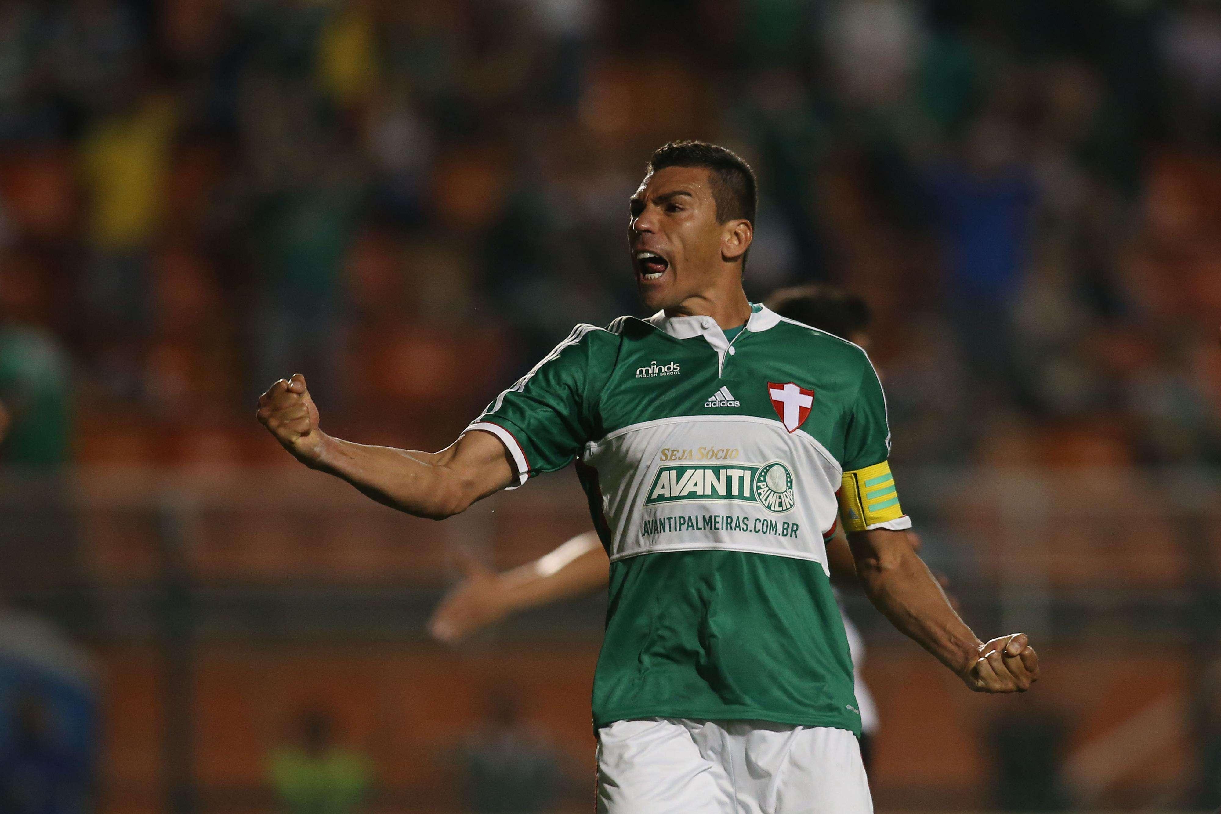 Lúcio esbraveja durante o duelo entre Palmeiras e Coritiba Foto: Eduardo Viana/Agência Lance