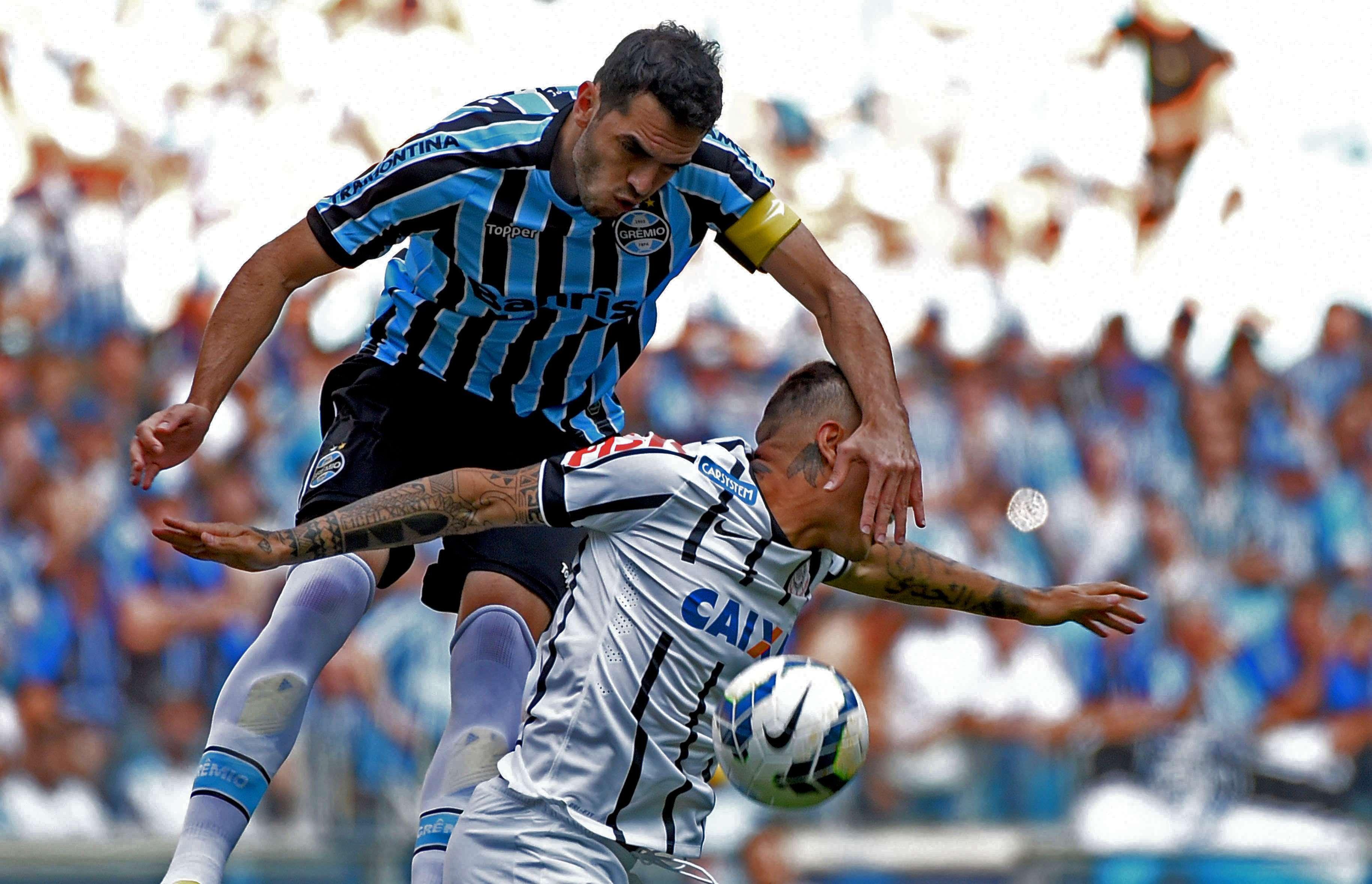 Rhodolfo tenta desarmar Guerrero Foto: Lucas Uebel/Grêmio FBPA/Divulgação