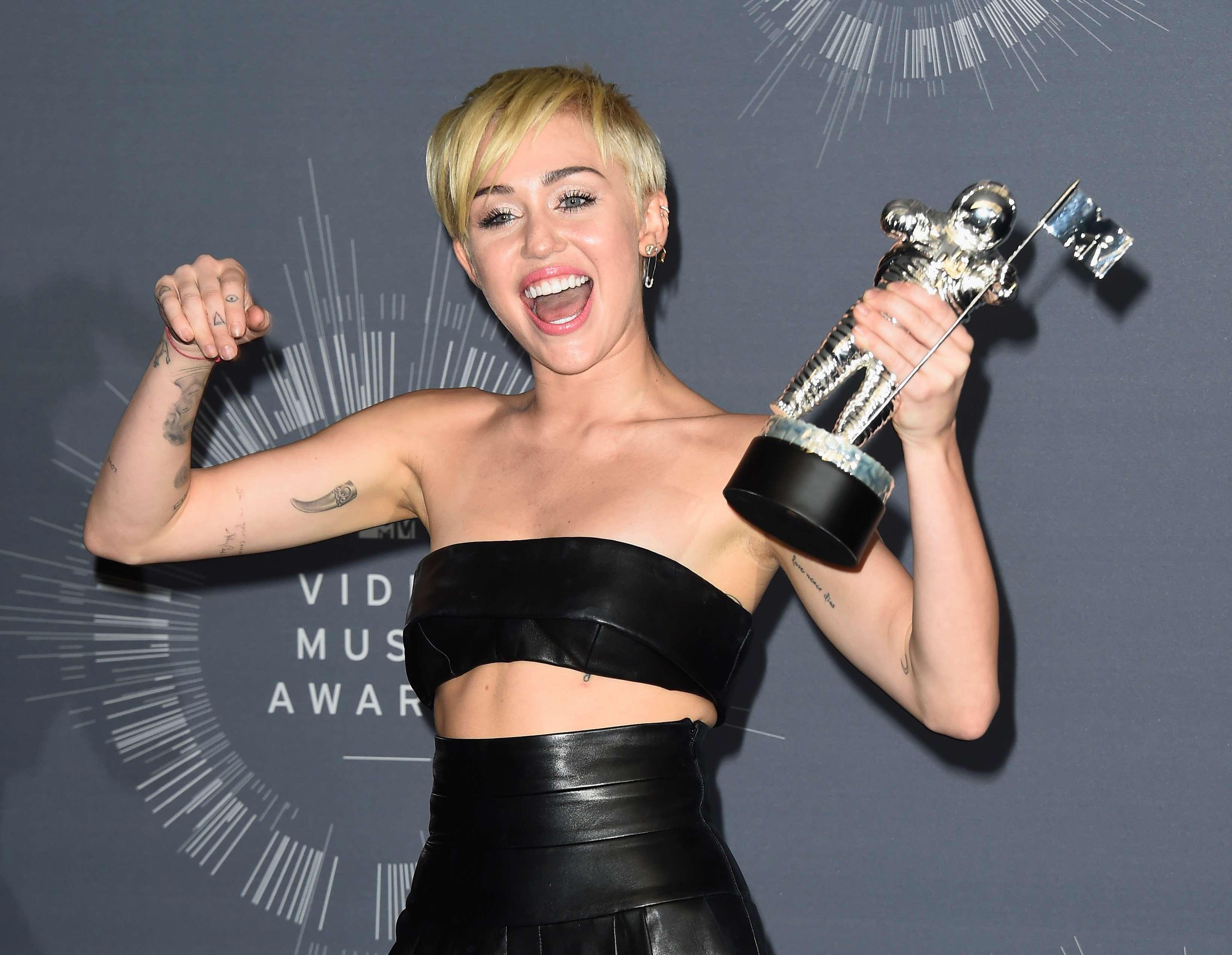 VMA: Miley Cyrus vence prêmio de vídeo do ano e se emociona