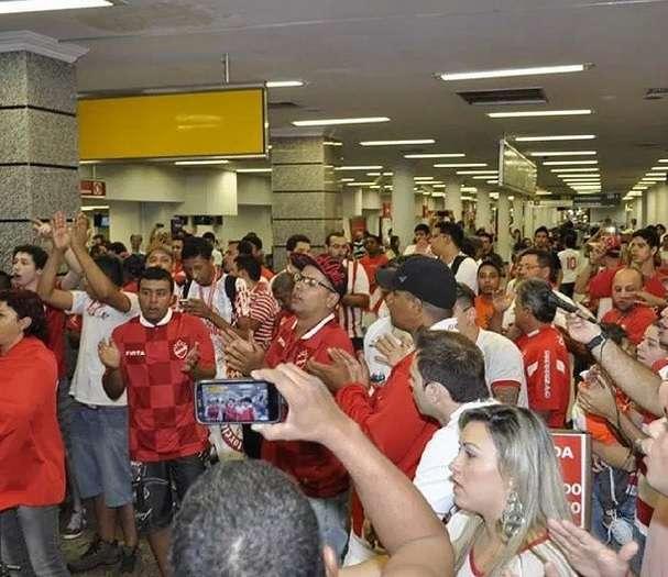 Torcida colorada recepcionou delegação do Vila Nova no aeroporto Foto: Vila Nova/Instagram/Reprodução