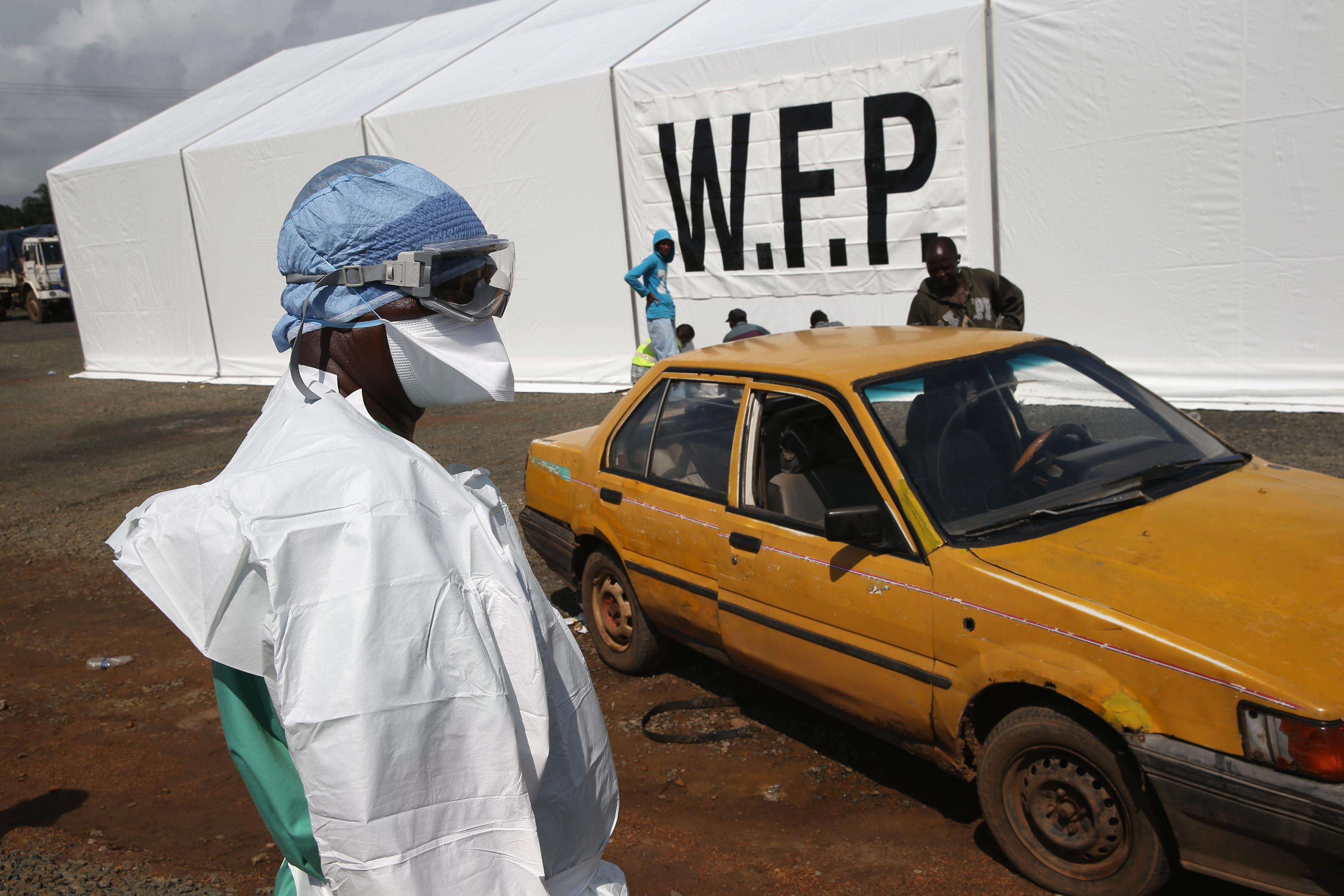 Leyenda:MONROVIA, LIBERIA - AUGUST 22: A Doctors Without Borders (MSF), staffer stands by as people arrive, requesting to be tested for the Ebola virus at the MSF treatment center on August 22, 2014 near Monrovia, Liberia. Foto: Getty Images