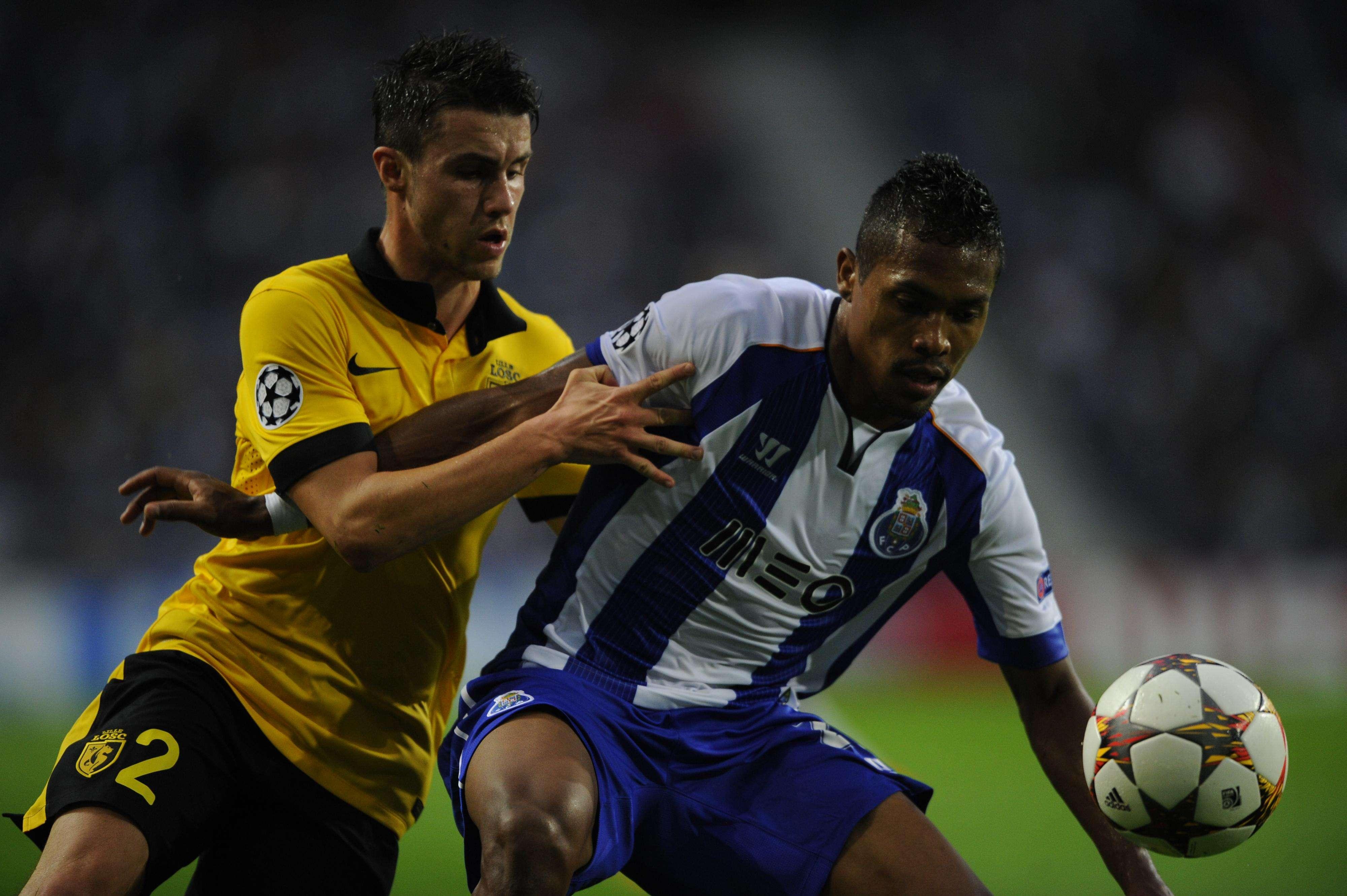 Alex Sandro saiu lesionado da partida Foto: Miguel Riopa/AFP