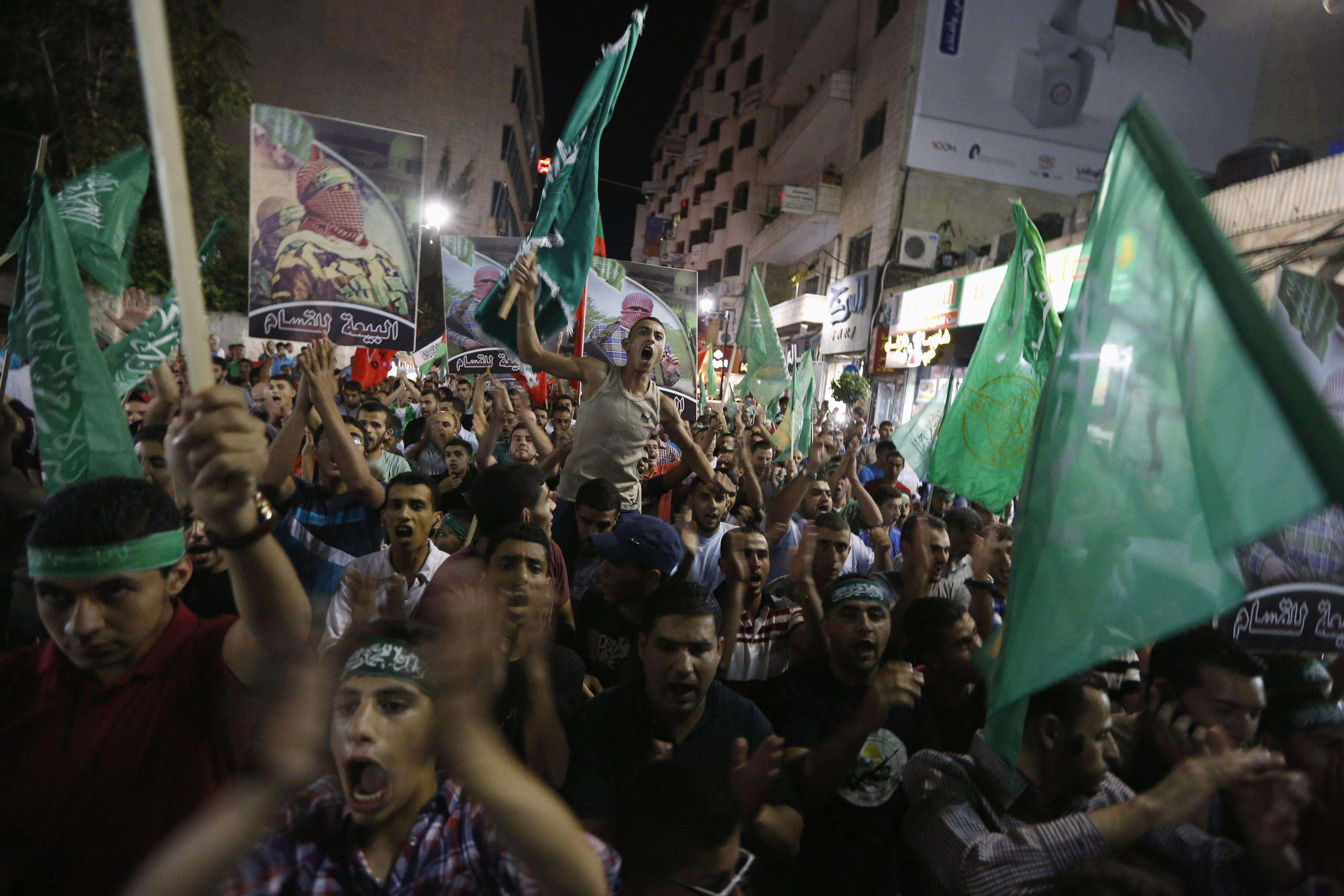Palestinos comemoram a trégua permanente entre Israel e Hamas, na cidade de Ramallah, Cisjordânia