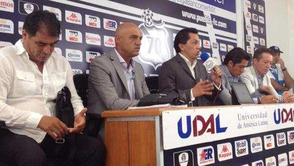 """José Luis Sánchez Solá (centro) regresa al banquillo del """"club de sus amores"""". Foto: Club Puebla"""