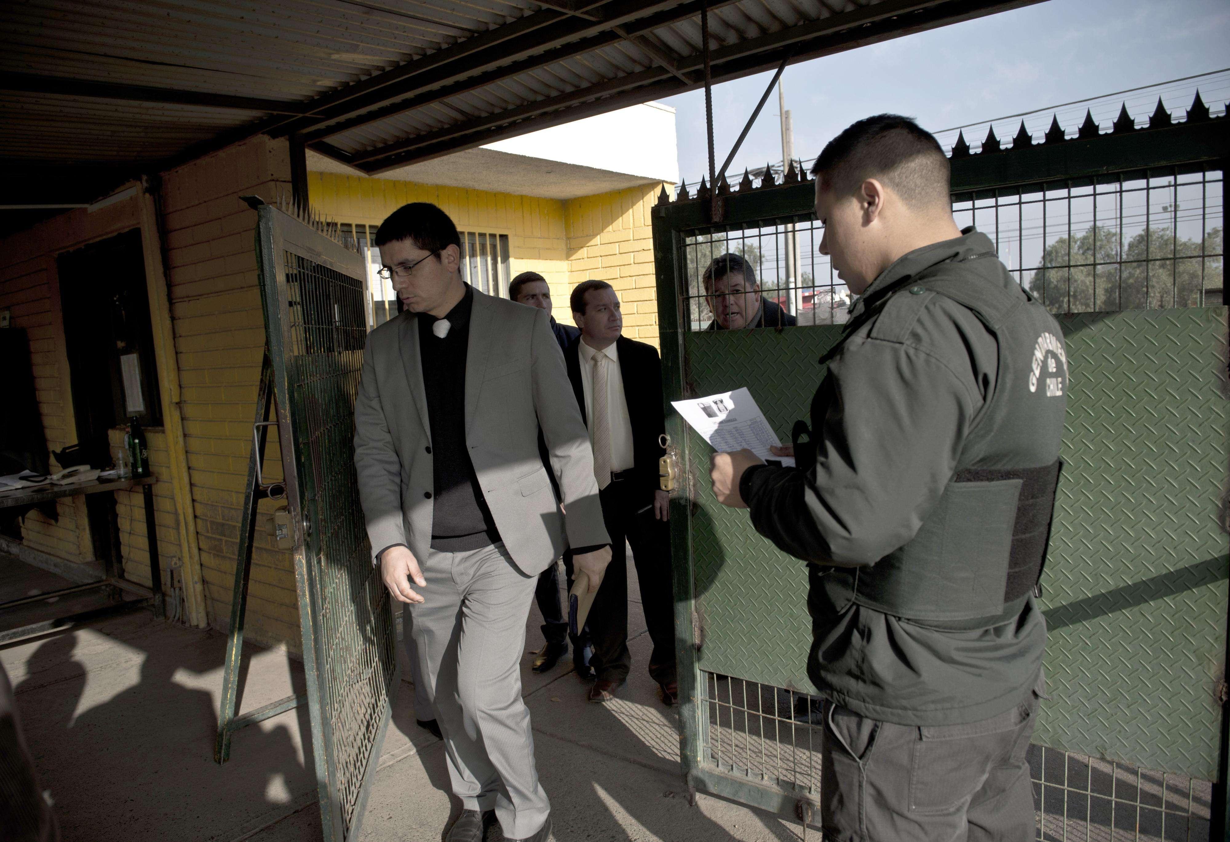 Evangélicos revolucionan las cárceles con traje y corbata