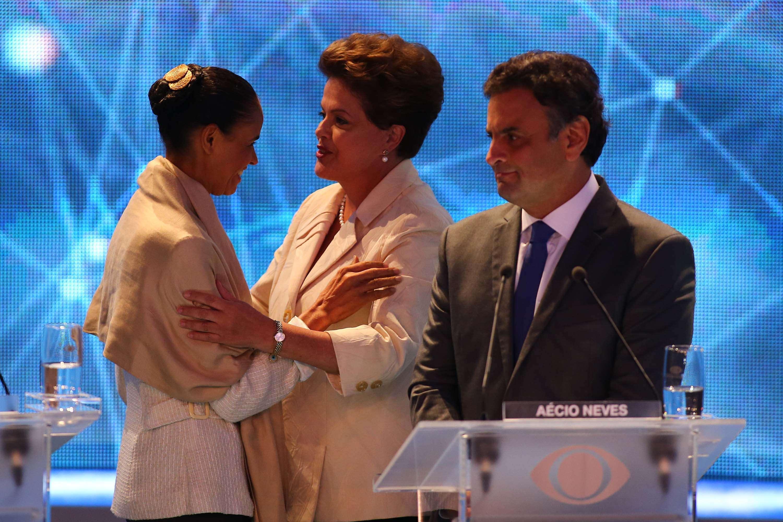 candidatos se cumprimentam antes do início do primeiro debate entre candidatos à Presidência Foto: Marcos Bezerra/Futura Press