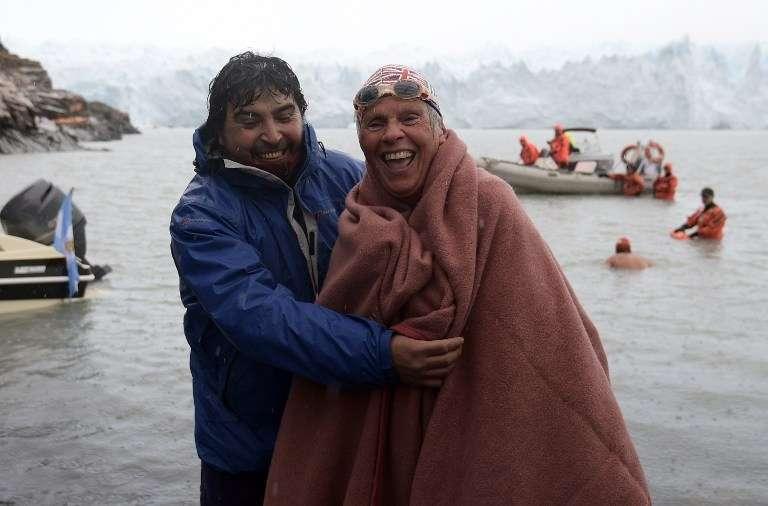 Abuelos nadadores desafían el frío en aguas de la Patagonia