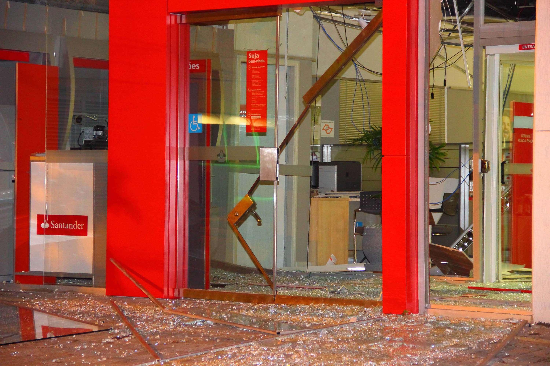 Bandidos explodem caixas de 3 bancos em avenida de São Paulo