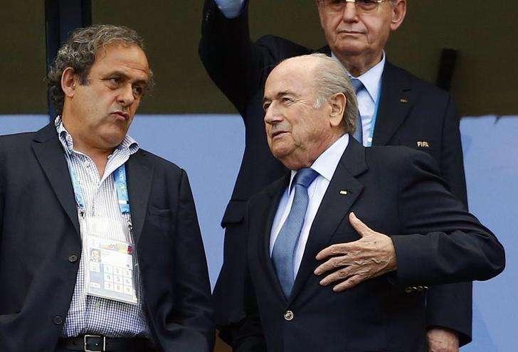 Presidente da Fifa, Joseph Blatter, fala com o presidente da Uefa, Michel Platini, antes de jogo da Copa do Mundo em Salvador. 16/06/2014 Foto: Darren Staples/Reuters