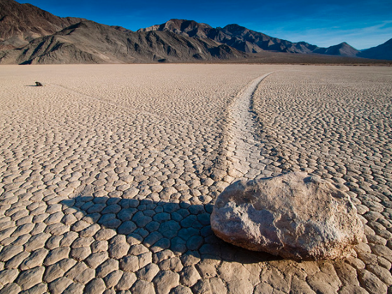 """Sabia-se que as """"pedras errantes"""" se moviam pela trilha deixada na superfície de um lago seco na Califórnia Foto: Reprodução/Arno Gourdol/Flickr"""