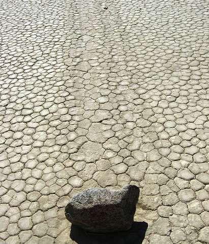 Según los científicos, el hielo que se forma en la zona por la noche después de que llueva se desquebraja durante el día en grandes placas que se desplazan, a consecuencia del viento que reina en la zona, sobre la película acuosa que se crea entre el hielo y el barro del terreno, moviendo las rocas.