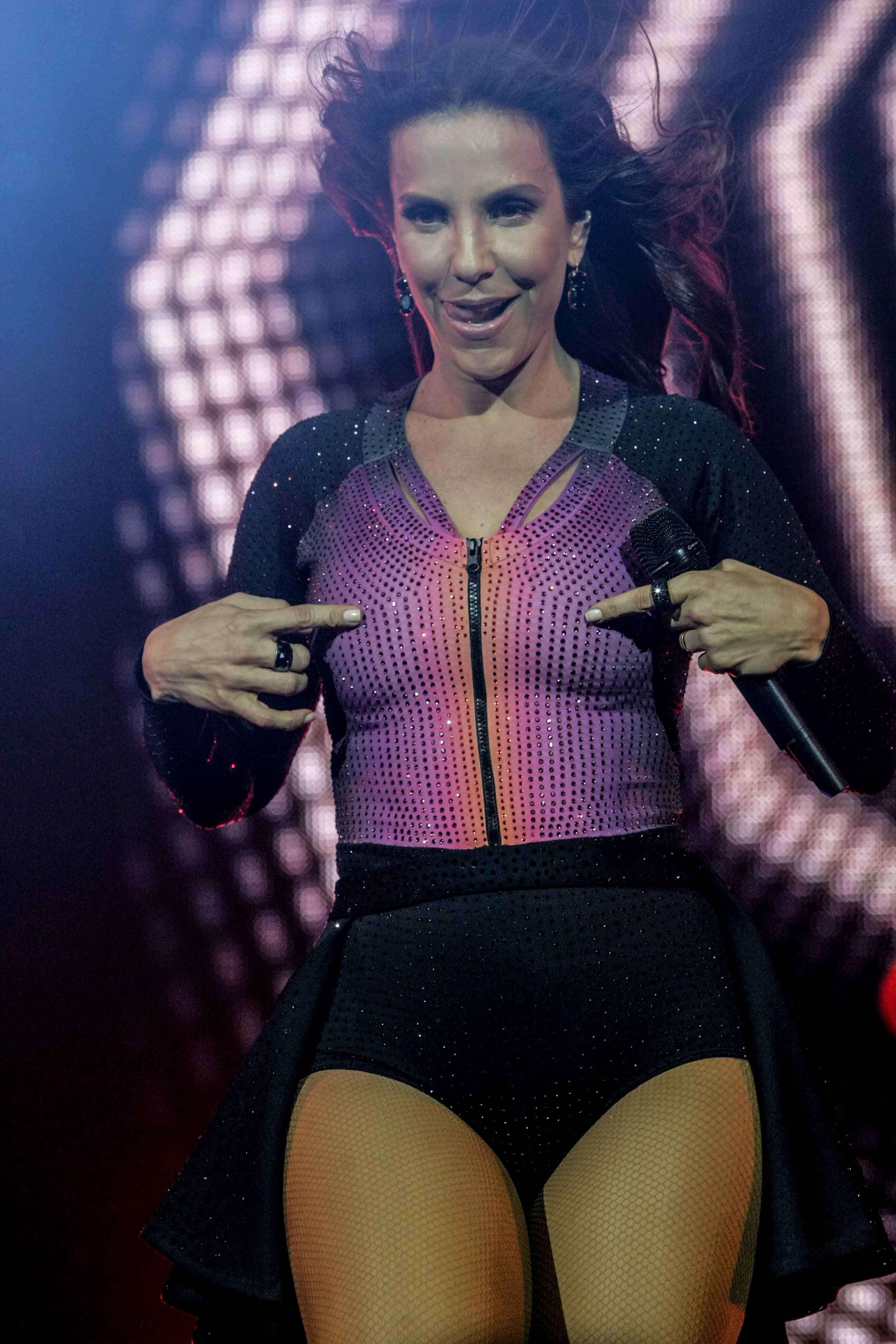 Com Luiz Bacci e famosos na plateia, Ivete faz show em SP