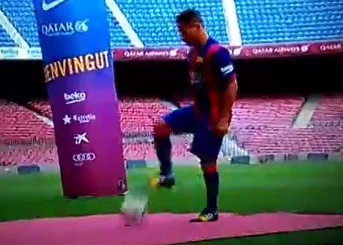 Douglas deixa bola escapar em apresentação no Barça; veja