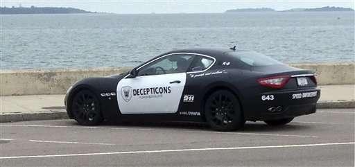 Hombre es acusado por pintar su Maserati como una patrulla