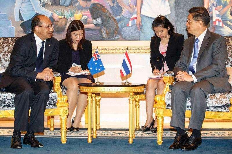 Peter Varghese, secretário australiano do Departamento de Assuntos Internacionais e Comércio, e secretário interino de Justiça da Tailândia, Chanchao Chaiyanukit, em Bangcoc. 29/08/2014 Foto: Athit Perawongmetha/Reuters