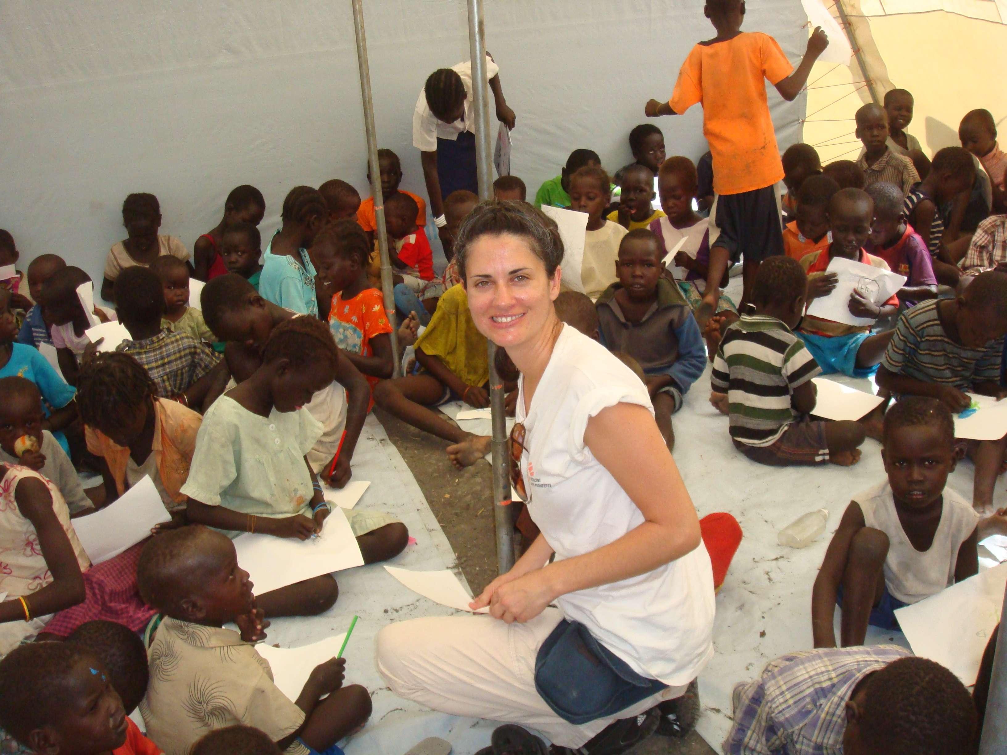 Débora diz que missão por ebola foi muito diferente das outras - na imagem, ela sorri ao lado de crianças do Sudão do Sul
