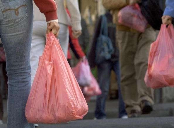 California emite prohibición para uso de bolsas de plástico