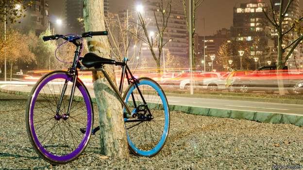 A única maneira de roubar a bicicleta é rompendo seu quadro, o que a inutiliza Foto: BBCBrasil.com