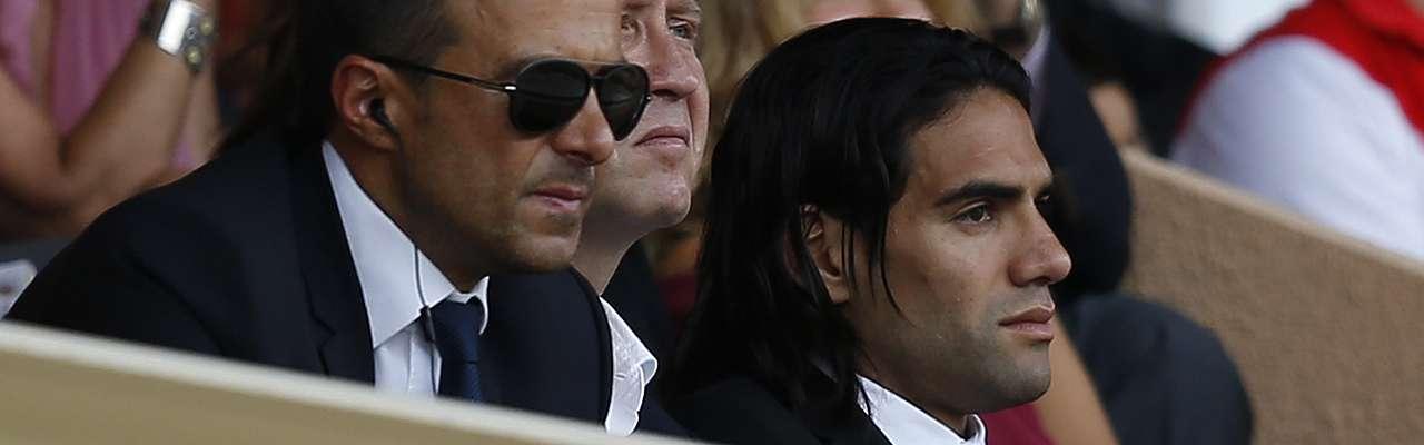 Radamel Falcao, junto a Jorge Mendes en el palco del Estadio Louis II de Mónaco durante el Mónaco - Lille. Foto: AFP