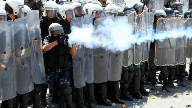Los gases lacrimógenos se han utilizado en varios lugares recientemente, como en esta imagen en Cisjordania.