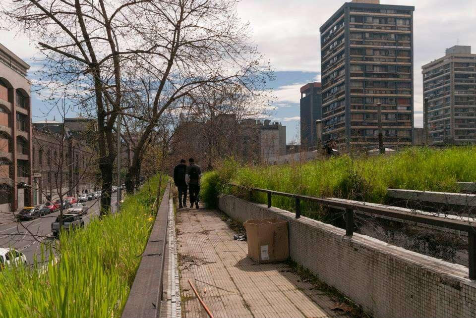 La idea de los estudiantes de arquitectura de la Universidad de Chilees recuperar las pasarelas en desuso y transformarlas en áreas verdes para los habitantes de las Torres de San Borja.