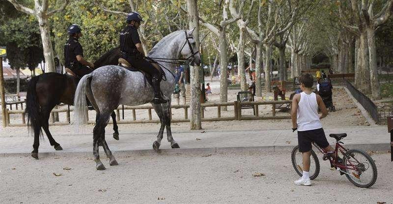Agentes de Policía a caballo patrullan en el Parque Calero, en Madrid. Foto: EFE