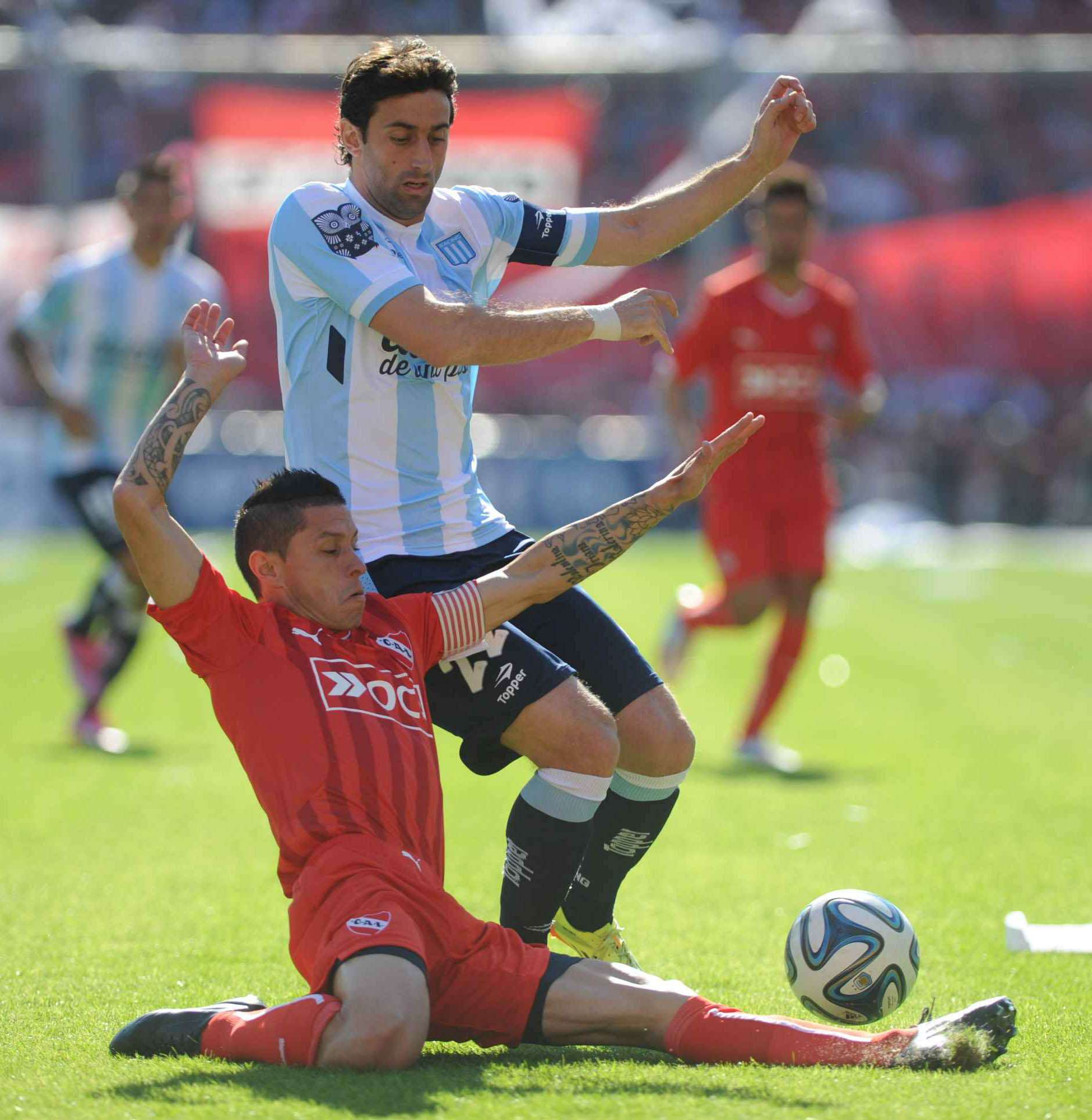 Independiente venció 2 a 1 a Racing en el clásico de Avellaneda disputado en el estadio del Rojo. Milito abrió el marcador para los albicelestes, pero Penco y Mancuello dieron vuelta el resultado. Foto: Agencias