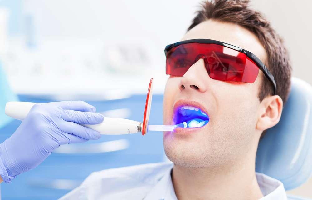 Quando a pessoa já tem um tom mais suave nos dentes, com apenas uma sessão que dura entre 40 minutos e 1h20, ela pode sair do consultório com os dentes brancos e satisfeita Foto: Edyta Pawlowska/Shutterstock