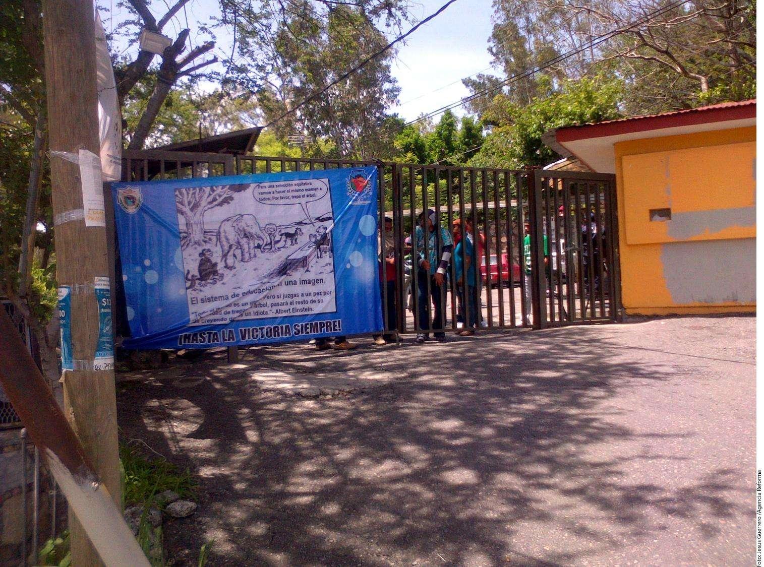 Toman normalistas oficinas en Guerrero
