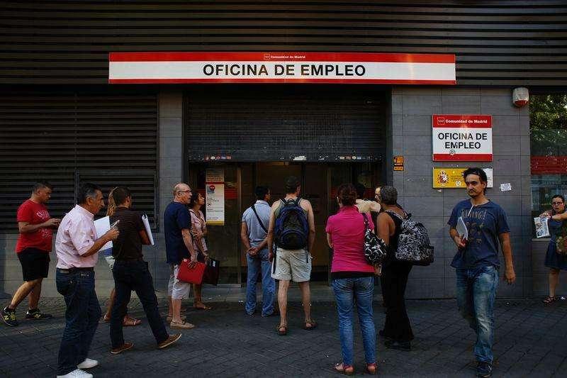 Españoles esperan para entrar a una oficina de empleo del Gobierno en Madrid, 2 septiembre, 2014.La tasa de desempleo de España aumentó en un 0,18 por ciento en agosto respecto al mes anterior, o en 8.070 personas, lo que dejó a 4,43 millones de personas sin trabajo, mostraron el martes datos del Ministerio del Trabajo. . Foto: Susana Vera/Reuters