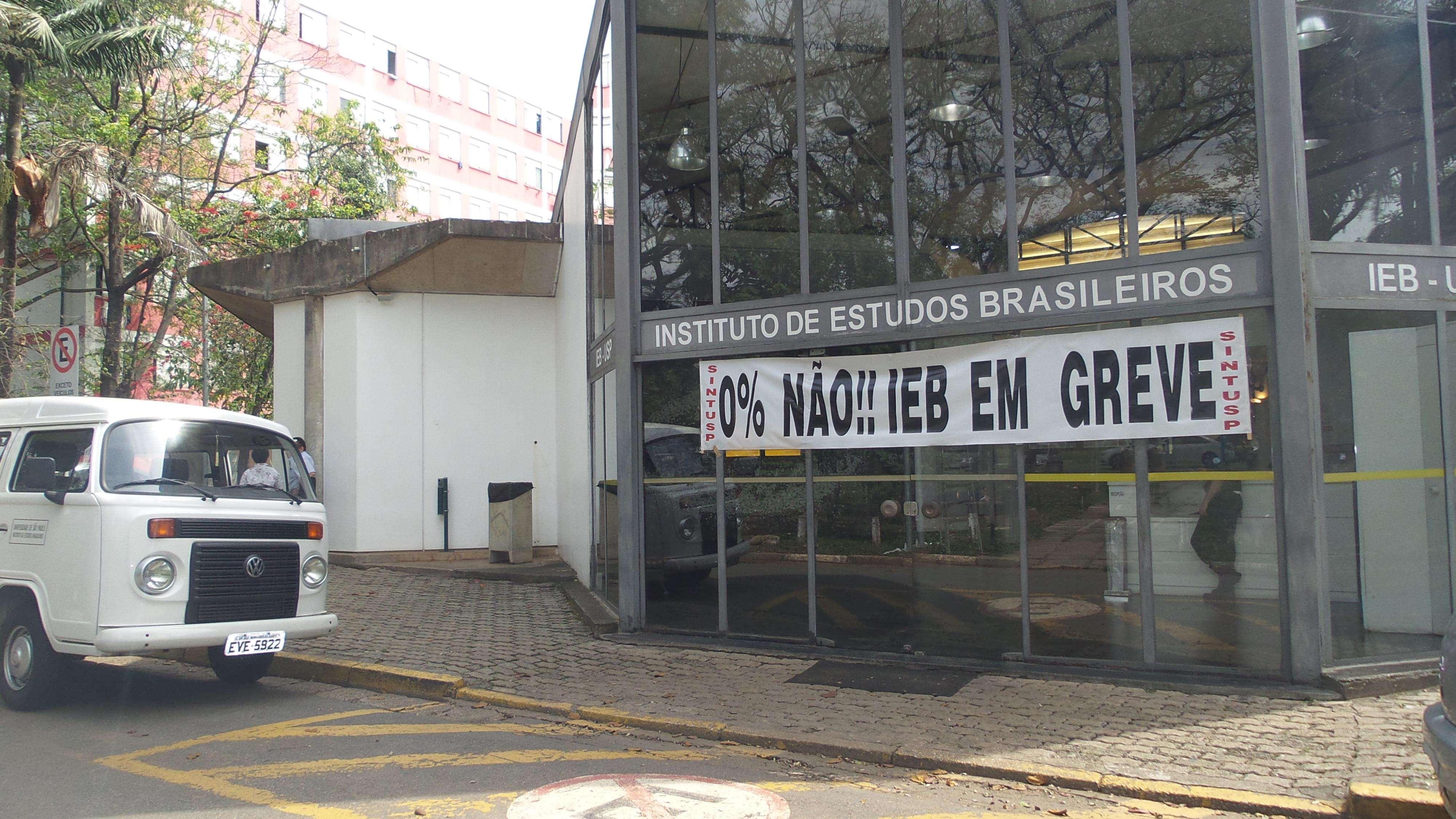 Faixa da greve é colocada na entrada do Instituto de Estudos Brasileiros (IEB); professores, funcionários e estudantes da USP estão em greve desde 27 de maio Foto: Débora Melo/Terra